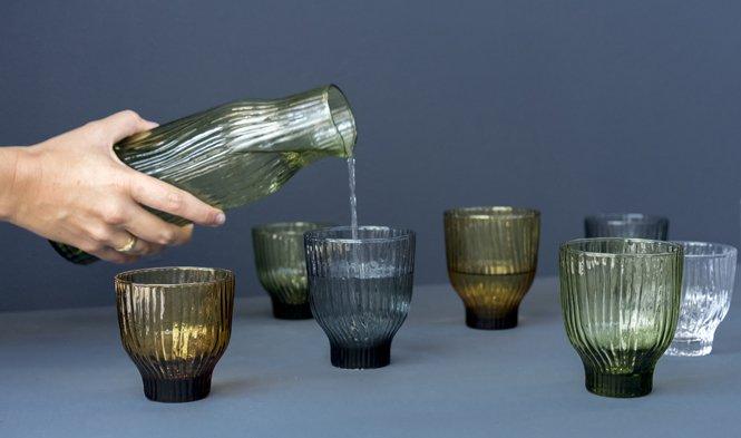 drinkglas en karaf design gekleurd glas