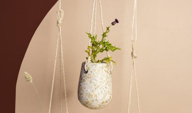 hangende bloempot klein houtsnippers