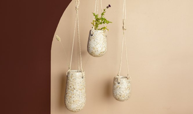hangende bloempot houtsnippers recycled
